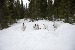 Grunden för tältet börjar bli klar för en av de fyra grupperna som utför vinterutbildningen.