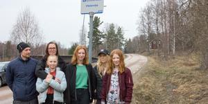 Andreas och Nettan Nonnen med döttrarna Amanda och Isabelle samt Caroline Nonnen med dottern Fanny är alla trötta på att vara rädda för bilister som inte håller hastighetsbegränsningen när de kör genom Västervåla.