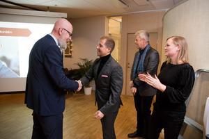 Vinnaren Björn Nordén gratuleras av VLT:s chefredaktör och ansvarige utgivare Daniel Nordström som sitter i juryn. Med på bilden är kandidaterna Peter Westerlund och Pernilla Börjesson.