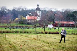 I ett reportage i LT 2014 visade dåvarande kyrkogårdschef Mats Odmark var den muslimska gravplatsen ska ligga. Nu är den snart klar.
