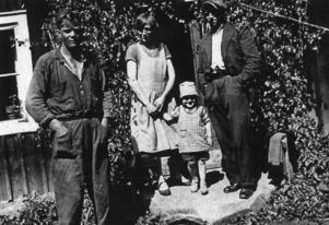 Midsommar 1934. Ingemar Andersson omgärdad av, från vänster, sin pappa John, sin mamma Ingeborg och sin morbror Konrad. Foto: Privat