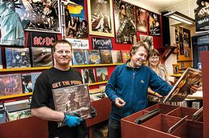 Ingvar Pettersson, Henrik Salmberg och Elisabeth Salmberg när butiken öppnades i september.