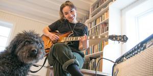 Josefin Söderqvist fick sällskap av hunden Hobbe i musikrummet när NP hälsade på.