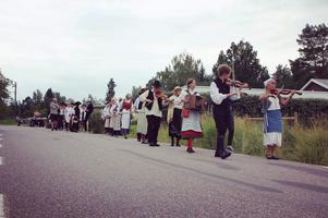 Byborna marscherade fram till brudparet. Foto: Läsarbild