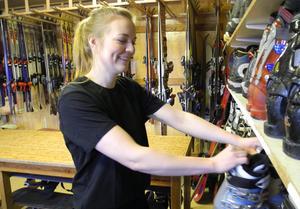 Rebecca Elmqvist sköter skiduthyrningen och liftkortsförsäljningen vid Svärdsjöliften.
