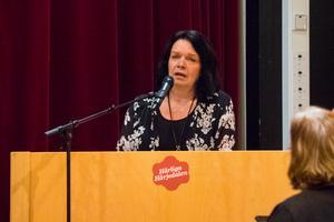 Karin Holmin i talarstolen på fullmäktige i Härjedalen.