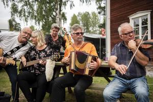 Erlend Saur, Unni Appelkvist, Marianne Dörum, Kalle Appelkvist och Stigge Pettersson spelade Gamla kom in.