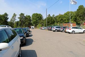 En varm sommardag är det svårt att få en parkeringsplats i Hargebaden. Sedan flera år tillbaka arbetar Askersunds kommun, Hargebadets camping och vägsamfälligheten i området för att hitta olika lösningar.
