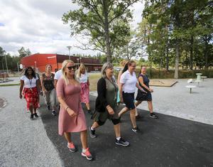 En daglig promenad gäller för skolpersonalen precis som eleverna kommer att få röra sig betydligt mer när höstterminen börjar. I främre ledet går från vänster Sandra Neijström, Tuija Friman, Catarina Hansen och Therese Strange.