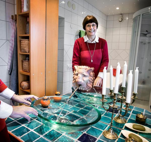I badrummet finns Agnetas egen keramik i bänken under handfatet. - Jag ville skapa en känsla av Medelhavet, säger hon.