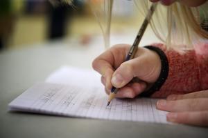 Det vi vet är att små skolor främjar goda skolresultat och att skolor som föreslås läggas ned har bättre resultat än genomsnittet i kommunen, skriver debattförfattarna.
