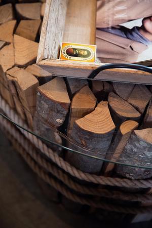 Soffbordet har Clas tillverkat själv,  och består ett stort antal vedträn av al som är kapade på högkant med ett tjockt rep lindad runt. Ovanpå ligger en specialbeställd glasskiva. Inspirationen kommer från ett hotell i Österrike som han hittade på en hemsida.
