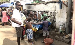 Fussballspel som roar barnen i stadsdelen Osu i Accra. Foto: Anders Nilsson