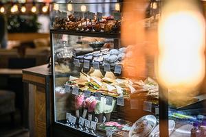 I Mittpunkten finns ett brett utbud med bland annat mobiltelefoner och annan elektronik, hemmafixprylar, leksaker, kläder och accessoarer i massor, hälso- och skönhetsprodukter, livsmedel, café och mycket annat. Foto: Göran Strand