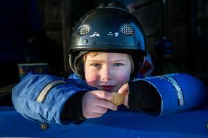 Elias Magnusson, 4 år, har tagit en välbehövlig kexpaus från skridskorna. Men snart är det dags att prova medarna igen.