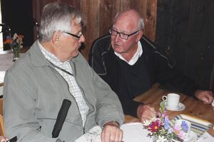 Hans Karlsson och Sture Andersson satt och försökte känna igen personer på klassfotot från Fagersta skola 1952. Hans Karlsson bor numera i Norberg medan Sture Andersson har flyttat till Västerås.