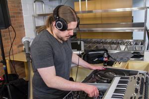 Albin Appelqvist har gått i sin pappa Bittes fotspår och har i dag musiken som yrkesområde.