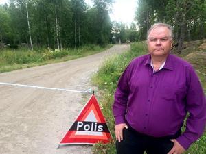 Köpekontraktet skulle precis skrivas på. Mäklaren Ingemar Olofsson var på väg ut för att titta till gården innan köpet när han stoppades av polisavspärrningarna.