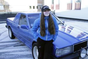 Alva Edström som berättar att EPA:n är döpt till Blå bilen.