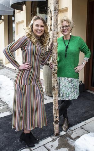 Färgrikt mode. Ewalena Persson och Hanna Mikaelsson visar några modeplagg.