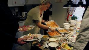 Carola Karlsson hade fullt upp med att fylla på av maten.