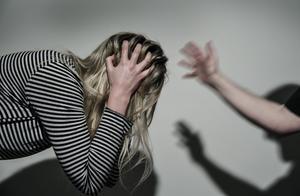 Under den rådande pandemin är det många som isoleras i sina hem. För personer som är offer för våld i relationen kan situationen då snabbt bli kritisk.Foto: Anders Wiklund/TT