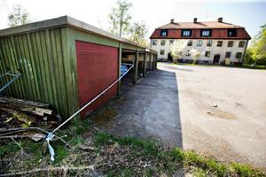 Platsen för den fjärde anlagda branden vid Ekängsvägen 13. Branden släcktes i ett tidigt skede och garaget klarade sig utan större skador.