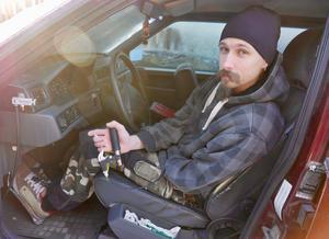 Henrik är uppväxt med bilar och älskar att meka. Han har själv byggt om och anpassat sina bilar för att han ska kunna köra. Här har han gjort en gasanordning av en bit av ett cykelstyre med handbromshandtag.