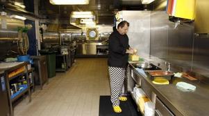 fisk på menyn. Den norska kocken Geir Ove Sitter ser till att besättningen håller sig mätta och belåtna. I dag är det fisk på middagsmenyn.