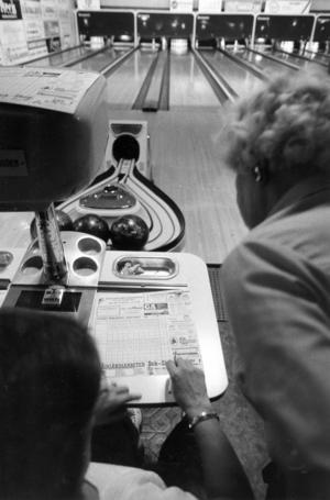 Protokoll förs manuellt i bowlinghallen på Stora gatan 1985.