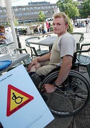 Foto: LASSE HALVARSSON Varning för rullstol. I sin bok använder Lars-Göran Wadén humorn för att berätta om livet ur ett rullstolsperspektiv.
