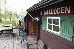 Tennisklubbens anläggning ligger precis invid Arbrå IP, som skymtar i bakgrunden.