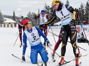 Hanna Falk gratulerar Stina Nilsson efter segern i sprinten i Gällivare. Foto: Ulf Palm/TT