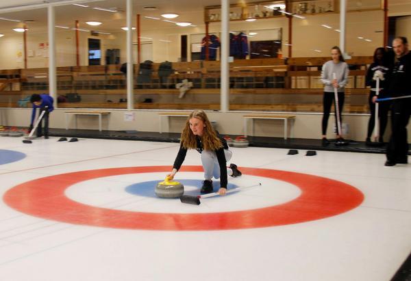 Prova på curling i Sveg under sportlovet.