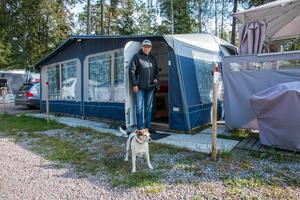 Jonny Granström trivs med pensionärslivet på Skantzö bad och camping. Han har naturen inpå knuten och gillar grannarna. Kira verkar också trivas.