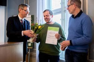 Hugo Wikström och Daniel Brännström får pris av Erik Lövgren.