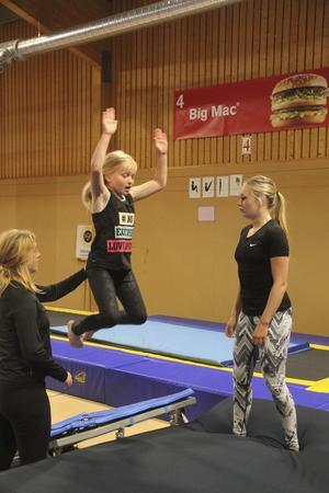 Linn Hedström, ledare, ger en hjälpande hand.