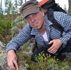 Ska få gräva fritt i mossan på sin fritid. Landshövding Ylva Thörn gör fel som ger sig på aktivisten Sebastian Kirppus fritidsengagemang. Foto: DT.