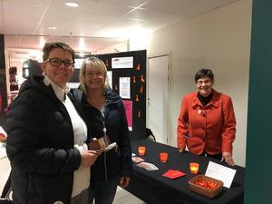 Anna Karls och Josefine Branér köper orangefärgade rosetter av Marie-Helene Abrahamsson. Foto: Maria Sjödin Gabrielsson