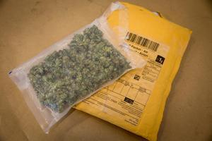 Två män tog tåget till södra Sverige där de hämtade upp en bil, som innehöll nästan två kilo cannabis. Sedan körde duon bilen upp till Ludvika kommun där de stoppades av polisen och greps. Nu döms männen, samt ytterligare en man och kvinna, för narkotikabrott. OBS: Bilden föreställer ett annat paket med cannabis. Foto: Erlend Aas/TT