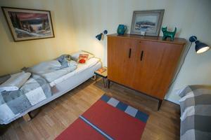 Teakskåp i ett av sovrummen, och nya sänglampor i gammal stil.