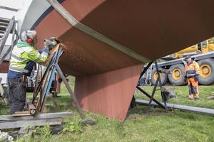 Med vinkelslip lossas stöttorna till den 12,2 ton tunga segelbåten.