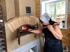 Lusten att baka bröd i vedeldad ugn öppnade vägen för familjen Grönings café i Solvarbo. Foto: Andreas Gröning