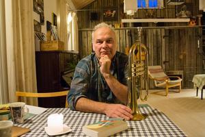 Gustav Hylén bytte trumpet mot tangentbord. Nu ger han ut sin debutroman.