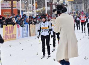 Tjejvasan, målgångPrinsessan Sofia glider i mål på tiden 3.31.14 och möts i målet av Prins Carl Philip och barnen. På bilden tllsammans med kranmasen Joakim Kullberg.