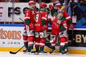 Moras Mathias Bromé jublar med lagkamrater. Foto: Daniel Eriksson/Bildbyrån