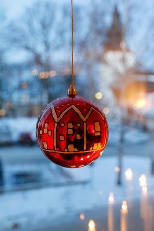 När Maja satt i sitt studentrum i Uppsala och längtade efter Hudiksvall föddes det här motivet på de egenmålade julkulorna.