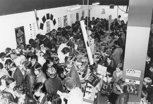 Skivrea 1976 på affären LP-skivans 3-årsjubileum vid Våghustorget.  Bildkälla: Örebro stadsarkiv
