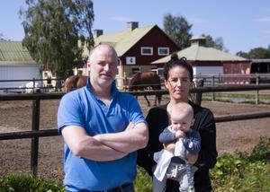 Johan Bromée tillsammans med Frida Fureman som är anställd på hästkliniken. I famnen på Frida sitter sonen Zakarias.