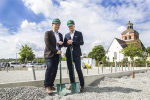 McDonald's byggchef Per Widmark och etableringschef Andreas Larsson var tillresta för att inviga bygget. Här står de vid vad som kommer att bli den nya restaurangens entré.